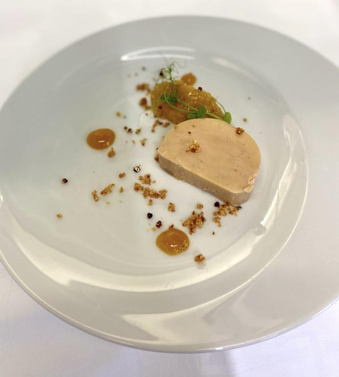 Foie gras de canard mi-cuit, gel passion, confit exotique au poivre Timut