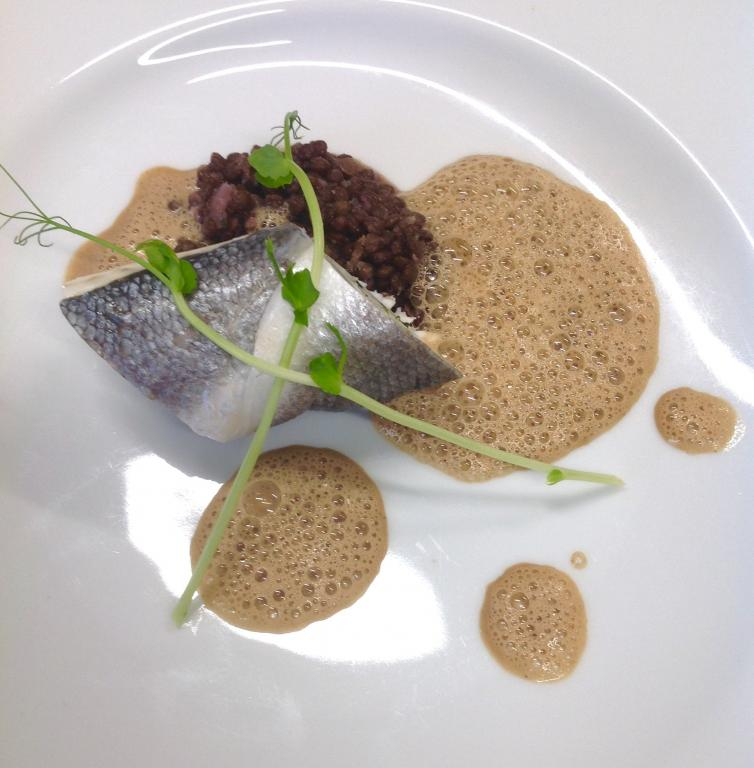 Ballotin de bar aux algues, condiment de lentilles béluga, émulsion à l'ail noire