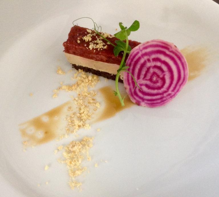 Rectiligne de foie gras betterave, crumble fleur de sel et copeaux de Chioggia