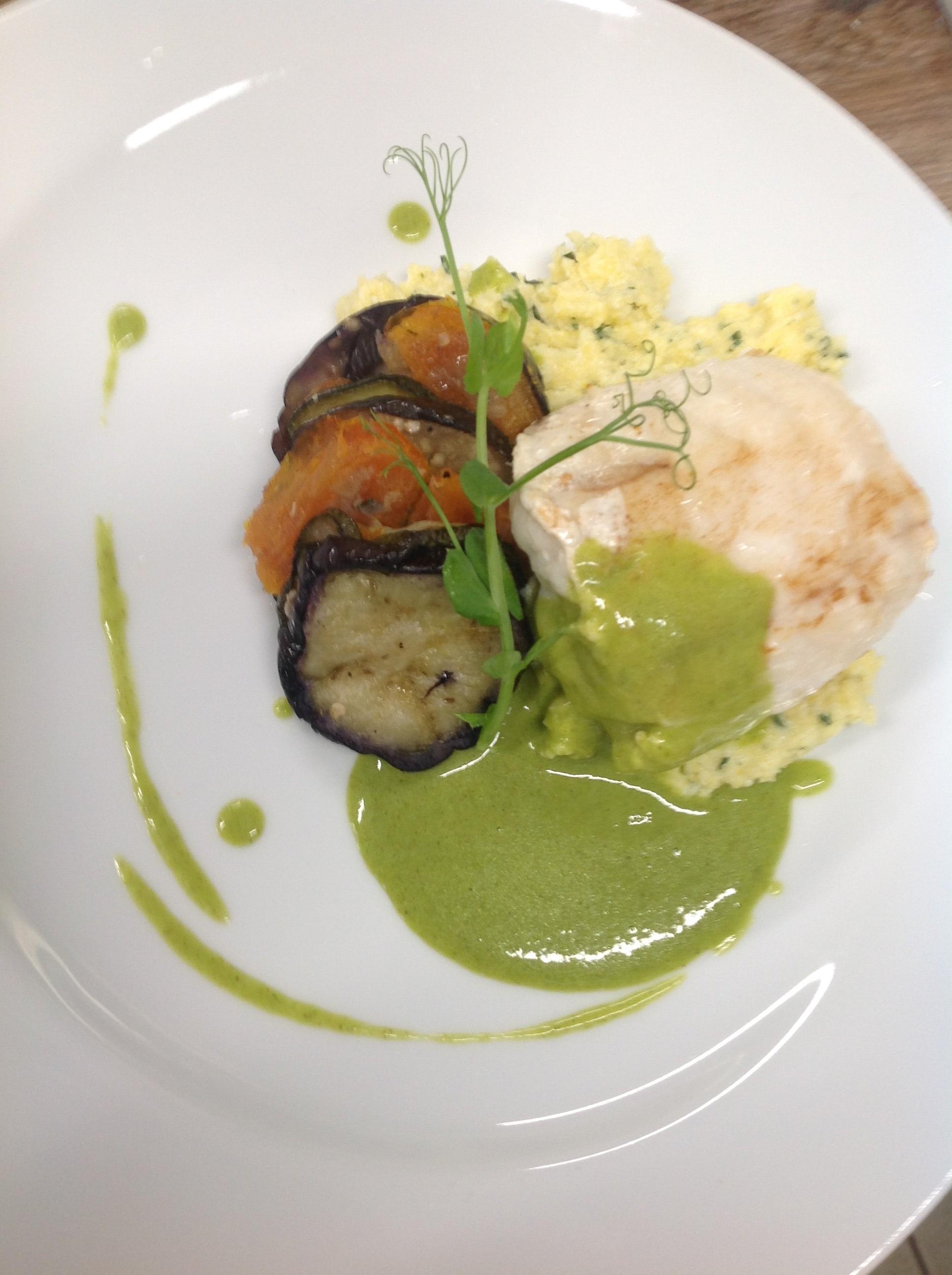 Lotte, polenta à l'estragon, effeuillé de légumes du soleil, crème de cresson