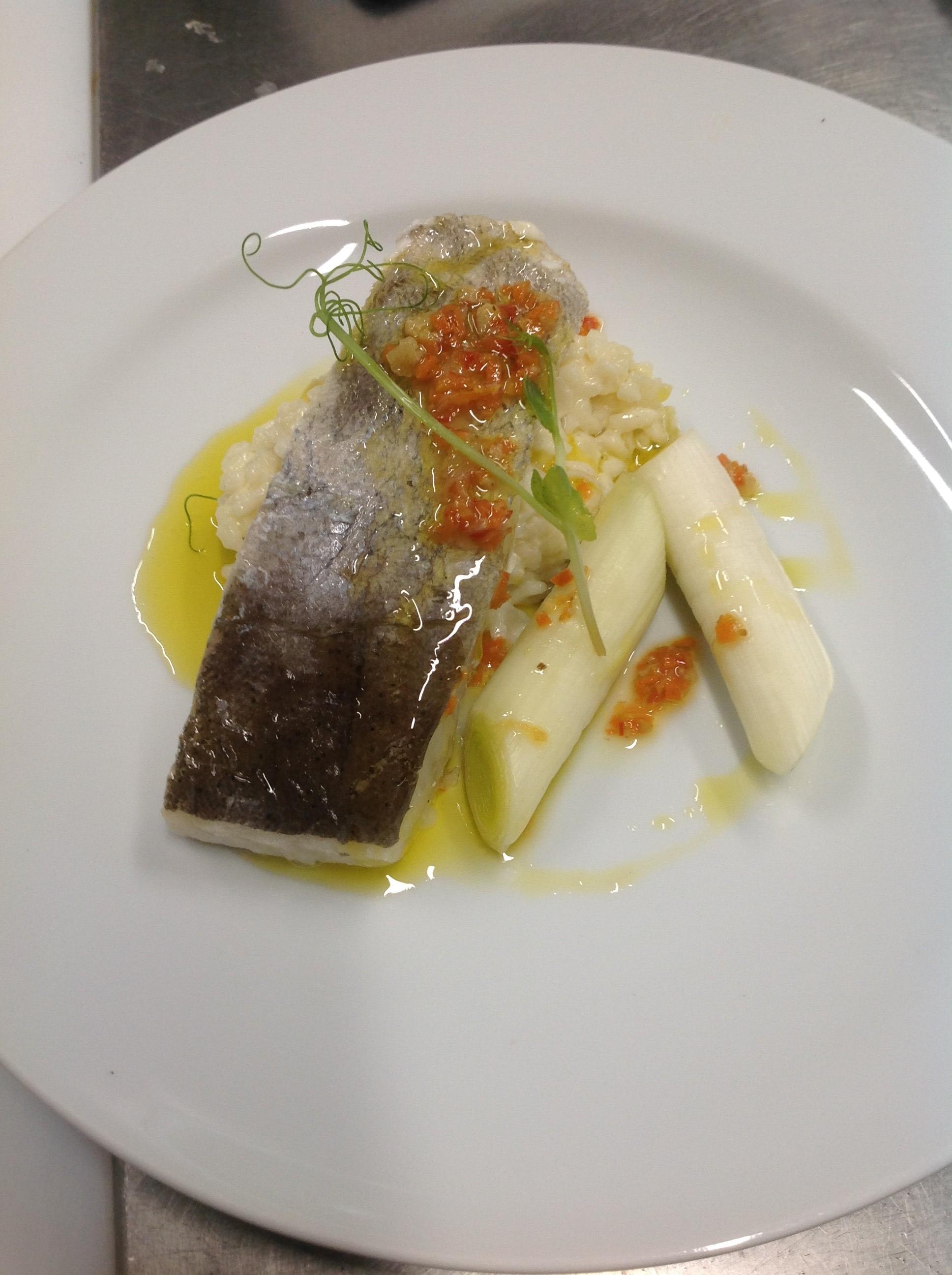 Filet de lieu jaune, risotto au comté, blanc de poireau, vierge de légumes