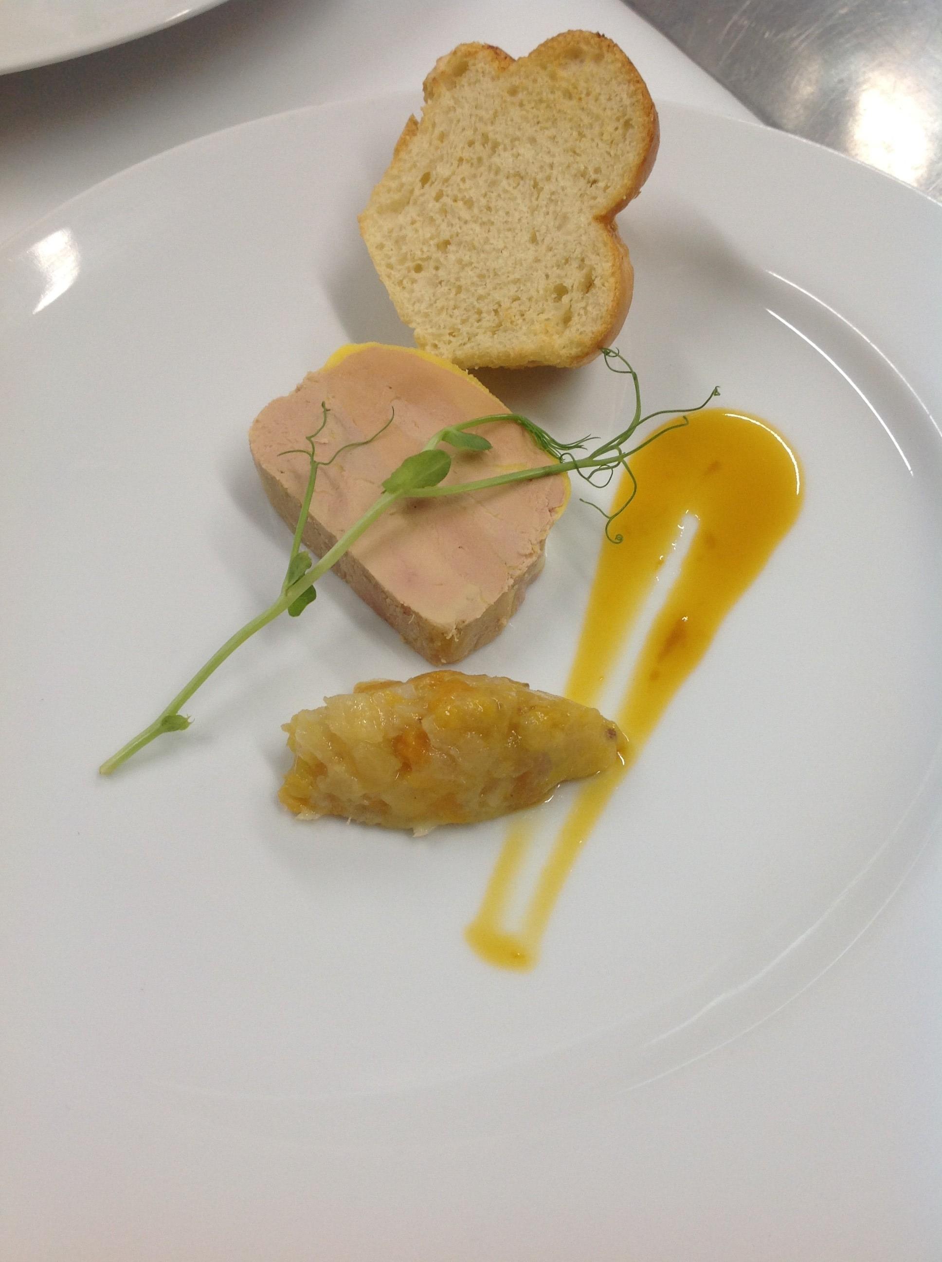 foie gras de canrd mi-cuit, chutney exotique au poivre Timut, réduction passion