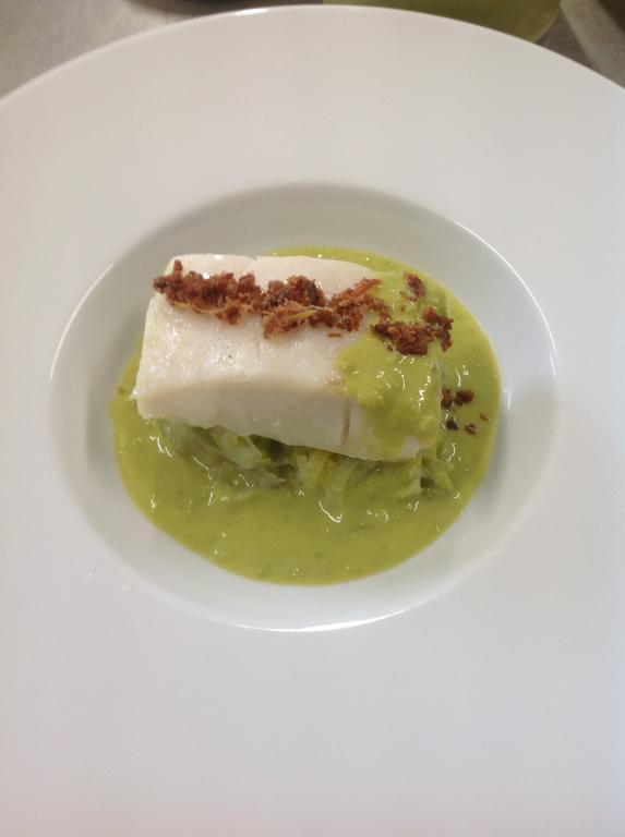 Tronçon de cabillaud, fondue de poireaux, crème de  petits pois, éclats de Serran