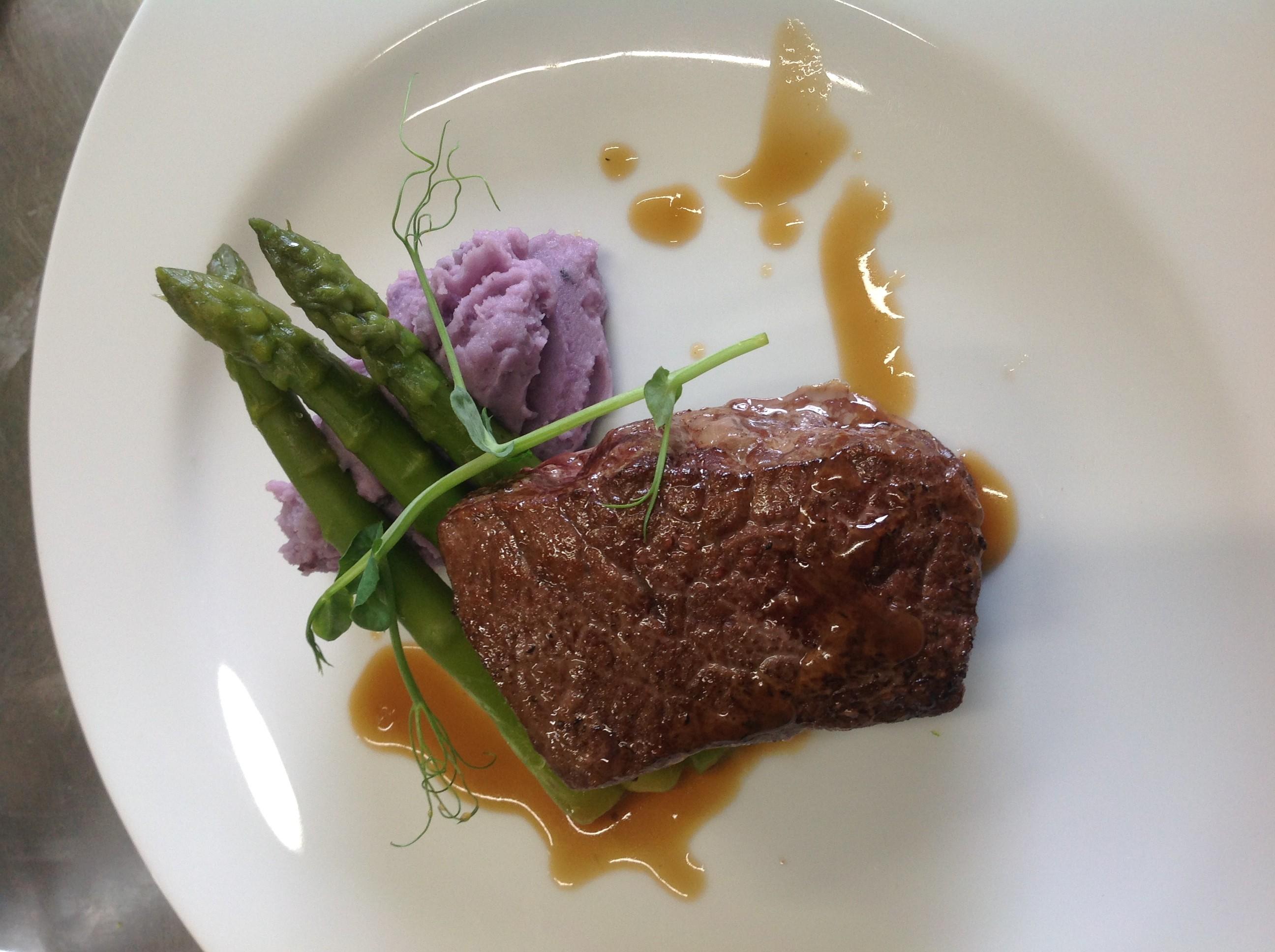 Contre filet, écrasé de bleu d'Artois et asperges vertes