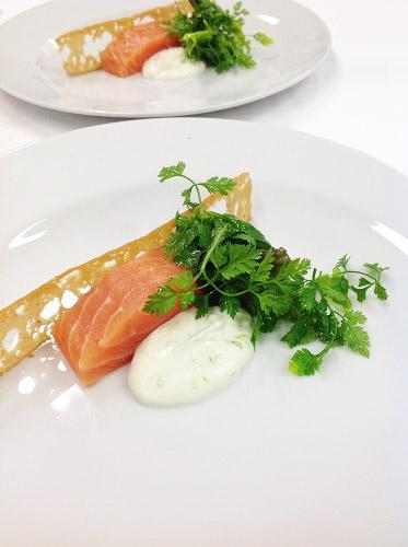 Saumon gravlax et crème acidulée