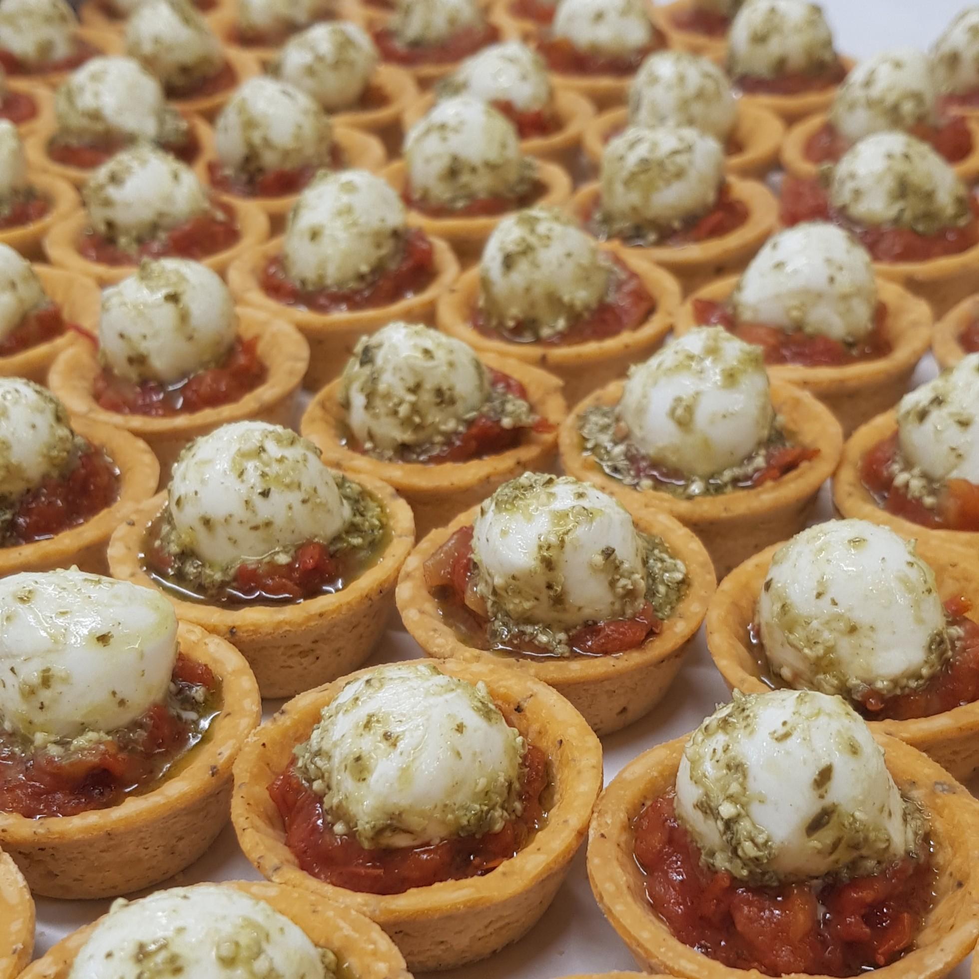 Tartelette confit de tomates et mini mozzarella au pistou